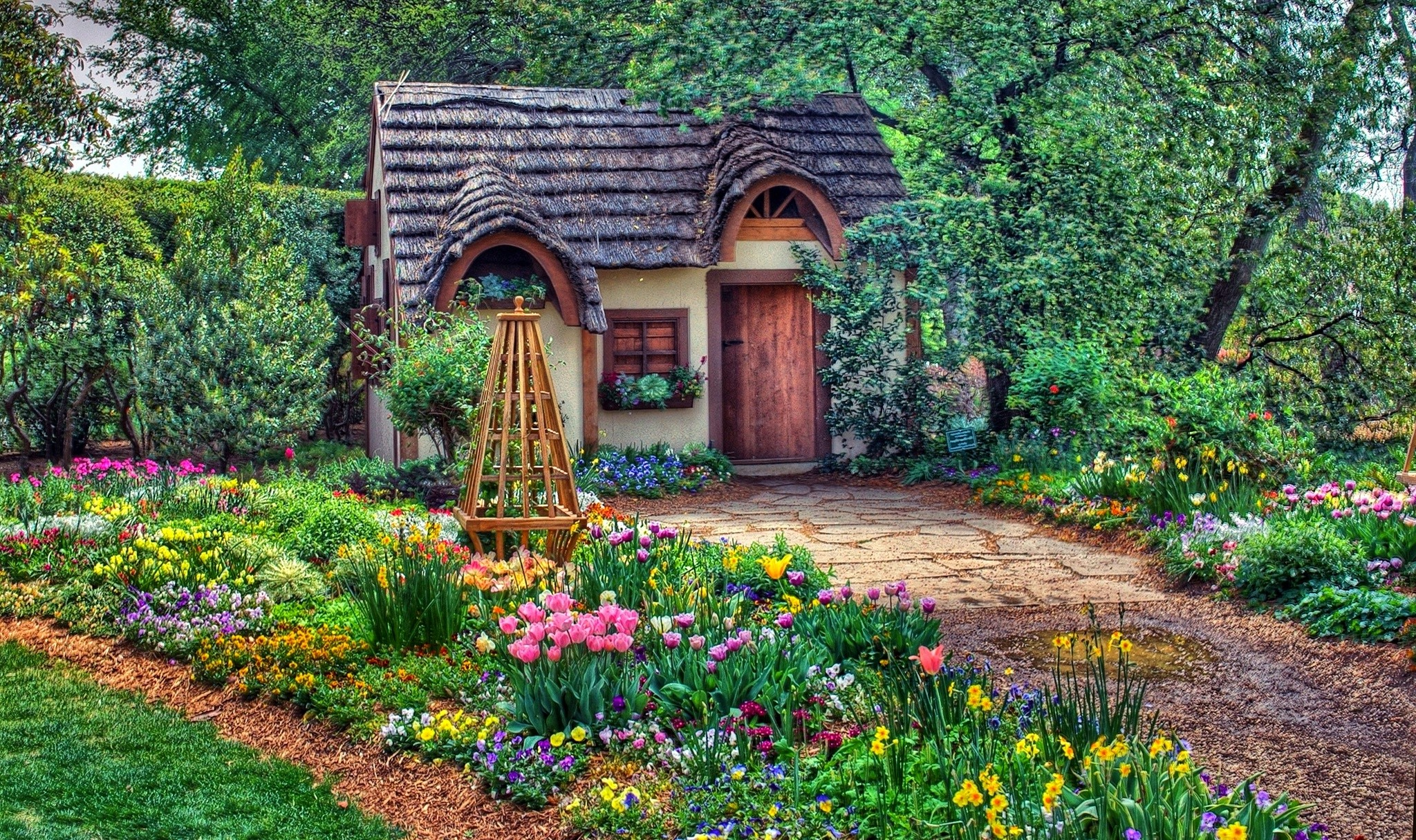 Fairy tale garden and tiny house mesebeli kert s h zik for Classic house with flower garden