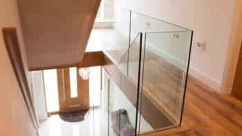Üvegkorlátok építése